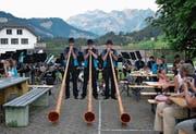 Die einheimische Alphorngruppe Stockberg begeisterte mit ihren heimeligen Klängen. (Bild: Peter Jenni)