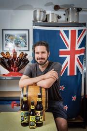 Harley Williams in seiner Hausbrauerei mit grosser Neuseelandfahne im Keller in Gossau. Einige seiner Biere reifen auch im Eichenfass. (Bild: Urs Bucher)