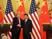 US-Präsident Donald Trump (links) will den Druck auf China weiter erhöhen. Der chinesische Präsident Xi Jinping lässt sich dadurch nicht einschüchtern. (Bild: KEYSTONE/AP/ANDREW HARNIK)