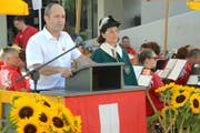 Bei der Ansprache: Turi Schallenberg mit Weibelin Verena Schneiter an seiner Seite. Im Hintergrund der Musikverein Weinfelden, welcher das Fest musikalisch umrahmte. (Bild: Mario Testa)