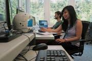 Ist zufrieden mit den neusten Testergebnissen: Gwendolyn Pascua mit dem intelligenten Roboter Cimon in Hergiswil. Bild: PD