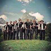 Der Männerchor Heimweh (mit Bernhard Betschart, Fünfter von links) ist Dauergast in den Schweizer Charts. (Bild: PD)