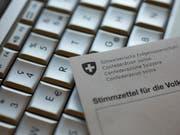 Alle Auslandschweizerinnen und Auslandschweizer sollen bis 2021 elektronisch abstimmen können. Das verlangt der Auslandschweizerrat mit einer neu lancierten Online-Petition. (Bild: KEYSTONE/ALESSANDRO DELLA BELLA)