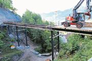 Eine neue Notbrücke verbindet die Strasse zwischen Goldau und Sattel (Bild: Erhard Gick)