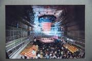 Aufrichtefest des KKL-Konzertsaals am 28. Februar 1997 mit Marktständen aus Nationen, die mit Arbeitern am Bau beteiligt waren (Albanien, Deutschland, Griechenland, Italien, Portugal, Schweiz). (Bild: Archiv KKL)