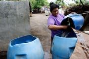 Nicaragua: Eine Frau giesst frisches Wasser in einen Eimer, welches sie aus ihrem Ziehbrunnen geholt hat. Zentralamerika ist eine Schwerpunktregion der schweizerischen Entwicklungszusammenarbeit der DEZA. (Bild: KEYSTONE/Yoshiko Kusano, 8. Juni 2006)