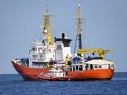 Die «Aquarius» hat 141 Flüchtlinge von zwei Holzbooten im Mittelmeer gerettet. (Bild: Keystone/AP/SALVATORE CAVALLI)