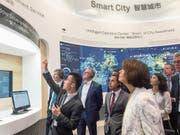 Doris Leuthard und die Schweizer Delegation bei ihrem Besuch im Huawei-Sitz in Shenzhen. (Bild: Uvek; 9. August 2018)