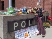 Blumen vor der Polizeistation in Fredericton für die zwei getöteten Polizisten. (Bild: Keystone/AP/Andrew Vaughan)