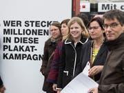 Wer wie viel Geld in Abstimmungskampagnen steckt, ist nicht bekannt. Die Schweiz erhält wegen der mangelnden Transparenz immer wieder schlechte Noten. (Bild: KEYSTONE/PETER SCHNEIDER)