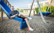 Comedian Timo Michels posiert mit Zigarre auf dem Spielplatz in seinem Wohnquartier in Scherzingen. (Bild: Reto Martin)