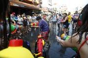 Die Khao San Road während dem traditionellen Wasserfest. (Bild: Keysstone/EPA/NARONG SANGNAK, 12. April 2016)