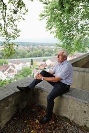 Stadtpräsident Hans Pfäffli schaut gern vom Burghügel aus über die Dächer von Rheineck. Im Hintergrund zu sehen die neugebaute Lärmschutzwand entlang der A1. (Bild: Martin Rechsteiner)
