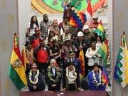 Lamafötus verbrannt. Boliviens Präsident Evo Morales (erste Reihe, zweiter von rechts) bei der Einweihung des neuen Präsidentenpalasts in La Paz. (Bild: KEYSTONE/EPA EFE/LUIS ANGEL REGLERO)