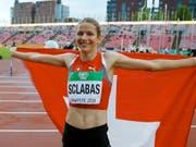Delia Sclabas mit der Schweizer Fahne (Archiv-Aufnahme) (Bild: KEYSTONE/AP Lehtikuva/KALLE PARKKINEN)