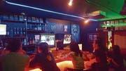 Das Innere der Game Bar «Space Station» in Osaka. Kunden dürfen in der Bar beliebige Videospiele auf Konsolen spielen, solange sie konsumieren. (Bild: PD)