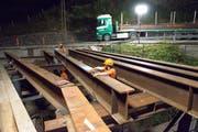 Arbeiter verlegen Stahlträger (Bild: Erhard Gick)