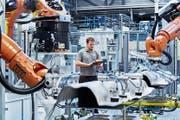 Die Ostschweizer Industrie ist gut unterwegs: Blick in die Produktion des Autozulieferers Autoneum in Sevelen. (Bild: PD)