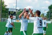 Brühls Ilija Ivic (links) klatscht mit Mitspieler Samel Sabanovic ab. Trainer Uwe Wegmann lobt Ivics positive Art. (Bild: Kurt Frischknecht)
