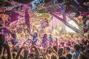 Bei Partys des spanischen Labels Elrow sind psychedelische Dekorationen und Verkleidungen Teil des Konzepts. (Bild: Khris Cowley/Here & Now)