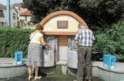 Vittels Bewohner dürfen im Ortszentrum kostenlos Wasser holen – die Frage ist, wie lange noch. (Bild: Stefan Brändle (Vittel, 9. August 2018))