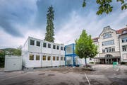 Gestapelte Container vor dem Schulhaus Hebel in St.Georgen. (Bild: Urs Bucher)