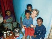 Annemarie Geurts mit drei Kindern, deren Mütter von Ilanga unterstützt werden. (Bild: PD)