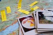 Zurück zum Papier: Post-it auf der Strassenkarte, Polaroids statt Selfies. Das sind die Utensilien einer Reise ohne Smartphone. (Bild: Malolo Kessler)