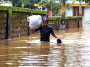 Nach sintflutartigen Regen im indischen Bundesstaat Kerala mussten tausende Menschen ihre Häuser verlassen. (Bild: KEYSTONE/EPA/PRAKASH ELAMAKKARA)