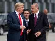 Der türkische Präsident Recep Tayyip Erdogan (rechts) warnt in Richtung US-Präsident Donald Trump (links) vor einem Ende der Partnerschaft zwischen den beiden Ländern. (Bild: KEYSTONE/AP/PABLO MARTINEZ MONSIVAIS)