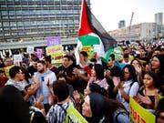 Tausende arabische Israelis und ihre Unterstützer haben in Tel Aviv Gleichberechtigung gefordert. (Bild: KEYSTONE/AP/ARIEL SCHALIT)
