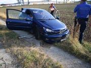 Nach einer rund sechsstündigen Verfolgungsjagd mit der Polizei landete der 19-jährige Lenker mit dem nicht zugelassenen blauen Peugeot schliesslich auf einem Feldweg und konnte dingfest gemacht werden. (Bild: Kantonspolizei Solothurn)
