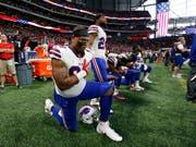 Einige NFL-Spieler knien während des Abspielens der US-Nationalhymne hin (Bild: KEYSTONE/AP/JOHN BAZEMORE)