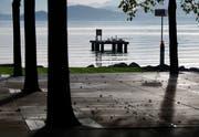 Sprungturm im Zugersee beim Strandbad Zug. (Archivbild: Stefan Kaiser))