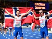 Die Ingebrigtsen-Brüder nach dem Zieleinlauf: Sieger Jakob (links) und Silbermann Henrik. (Bild: KEYSTONE/AP/MARTIN MEISSNER)
