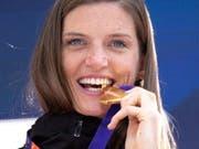 Nun hält sie sie endlich in den Händen: Lea Sprunger strahlt mit ihrer Goldmedaille. (Bild: KEYSTONE/EPA/HAYOUNG JEON)