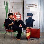 Der Künstler und seine Werke: Jean-Michel Basquiat auf einer Aufnahme aus dem Jahr 1985. (Bild: Lizzy Himmel/Brooklyn Museum/AP)