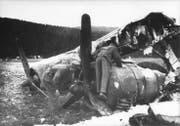 Die Trümmer der in der Thurau bei Wil notgelandeten B-24 zogen viele Neugierige an. Im Bild sind zwei der vier Motoren zu erkennen. (Bild: Warbird.ch)