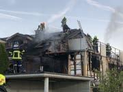 Ein Brand hat am frühen Sonntagmorgen an einem Doppeleinfamilienhaus im aargauischen Boniswil beträchtlichen Sachschaden angerichtet. (Bild: Kantonspolizei Aargau)