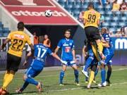 Guillaume Hoarau (Nr. 99), hier beim 1:0, war von Luzerns Verteidigung nicht zu stoppen (Bild: KEYSTONE/URS FLUEELER)