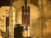 Mit einen Tag Verspätung hat die US-Raumfahrtbehörde Nasa erstmals eine Sonde gestartet, die in die Sonnenatmosphäre hineinfliegen soll. Die «Parker Solar Probe» hob am Sonntag an Bord einer «Delta IV Heavy»-Rakete vom Weltraumbahnhof Cape Canaveral in Florida ab. (Bild: Keystone/EPA/NASA/BILL INGALLS / HANDOUT)