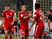 Bayern München freut sich über den ersten Titelgewinn der neuen Saison, links der dreifache Torschütze Robert Lewandowski (Bild: KEYSTONE/EPA/RONALD WITTEK)