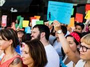 Nach brutalem Angriff in Genf: Rund 100 Menschen demonstrieren in Lausanne gegen Gewalt an Frauen. Weitere Kundgebungen fanden in Bern, Basel und Zürich statt. (Bild: Keystone/JEAN-CHRISTOPHE BOTT)