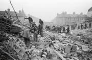 Der Krieg ist zu Ende, das Aufräumen, die Heimatlosigkeit wird für die Romanfiguren ein Leben lang andauern. (Bild: Mirrorpix/Getty (London 1945))