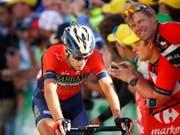 Vincenzo Nibali von Schmerzen geplagt nach der Zieldurchfahrt der 12. Etappe der Tour de France 2018 (Bild: KEYSTONE/EPA/KIM LUDBROOK)