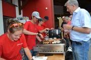 Kein Dorffest ohne Würste ab Grill: Kulinarischer Genuss in Gams. (Bild: Adi Lippuner)