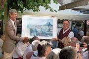 Stadtpräsident Anders Stokholm übergibt dem Kufsteiner Bürgermeister Martin Krumschnabel eine Fotomontage. (Bild: Andreas Taverner)