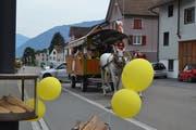 Hoch zu Ross und Wagen: Damit konnte man in Gams gemütlich durchs Dorf fahren. (Bild: Adi Lippuner)