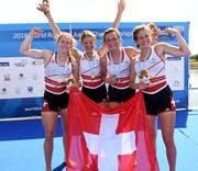 Jana Nussbaumer (von links), Lisa Lötscher, Emma Kovacs und Célia Dupré feiern ihren Juniorinnen-Weltmeistertitel. (Bild: Detlev Seyb, Swiss Rowing)
