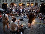 Der Reiz eines Strassenmusikfestivals: Band und Zuschauer kommen sich nah wie sonst nie. Im Bild die Schweizer Band Les fils du Facteur, die zu den auftretenden Künstlern des 15. Berner Buskers gehörten. (Bild: KEYSTONE/ANTHONY ANEX)